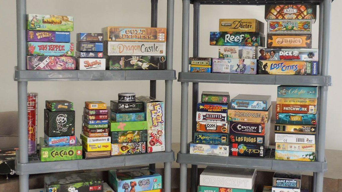 photo pile de jeux de société