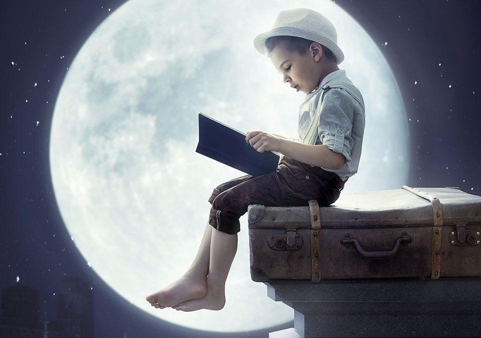 Jeune lecteur sous la pleine lune